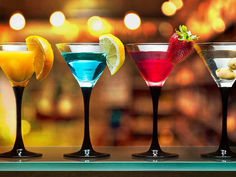 best-summer-cocktails-with-alcohol-drinks-on-bar